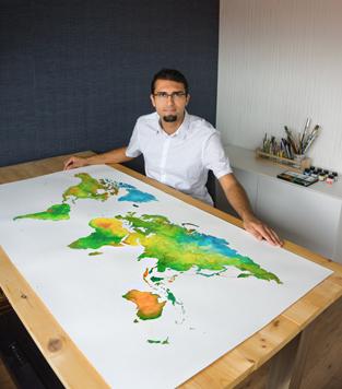Ricardo-Bouman-bij-het-originele-wereldkaart-schilderij